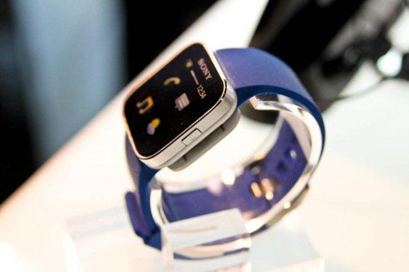Al CES 2012 vanno in scena gli smartphone da polso.techeconomy