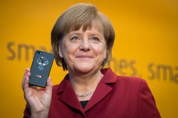 13-bei_der_sicherheitsfirma_secusmart_testet_die_kanzlerin_ihr_neues_abhoersicheres_blackberry_z10_inclusive_bundesadler
